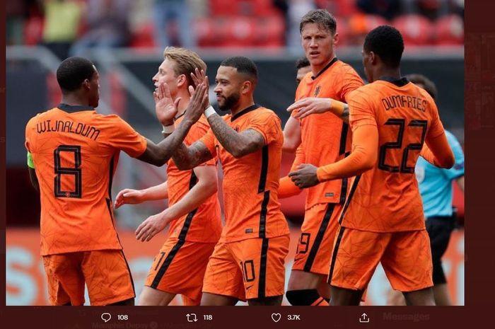 Para pemain timnas Belanda merayakan gol Memphis Depay ke gawang Georgia dalam laga uji coba di Enschede, 6 Juni 2021.