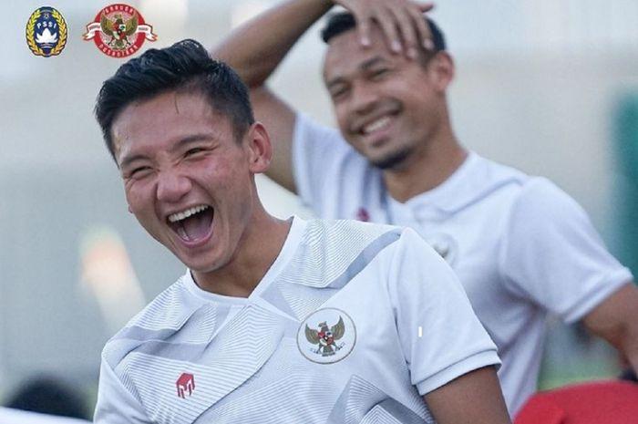 Syahrian Abimanyu tertawa lepas dalam latihan Timnas Indonesia untuk persiapan menghadapi Vietnam di Dubai, UEA, Senin (7/6/2021) malam WIB. Malaysia berdoa dan mendukung penuh Indonesia menang.