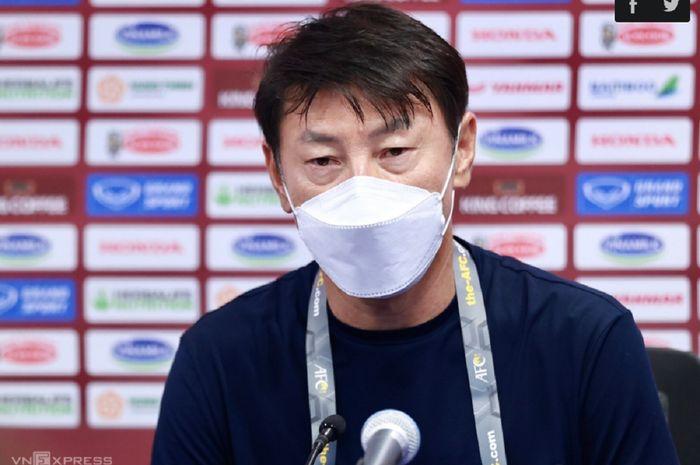 Shin Tae-yong mengekspresikan kekecewaannya soal peran negatif wasit setelah Timnas Indonesia kalah dari Vietnam dalam konferensi pers di Stadion Al-Maktoum, Dubai, UEA, Selasa (8/6/2021) dini hari WIB.