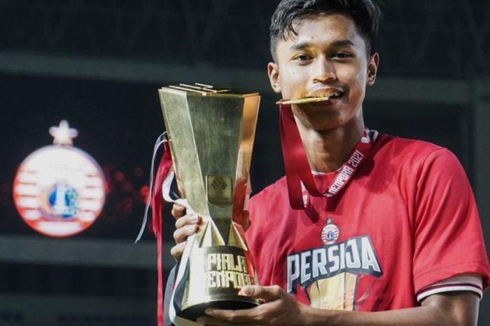 Wonderkid Persija Jakarta, Alfriyanto Nico Saputro, saat memegang trofi Piala Menpora 2021.