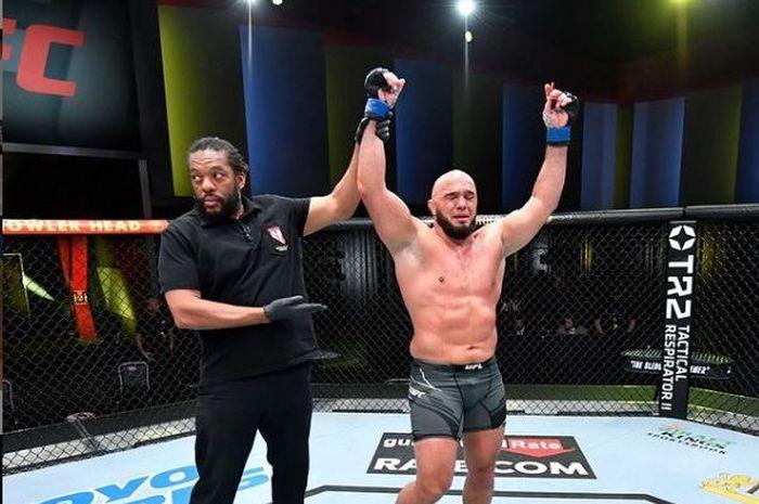 Jagoan kelas berat, Ilir Latifi kala dinyatakan menang pada UFC Vegas 28 (6/6/2021).