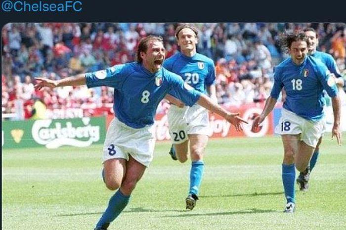 Antonio Conte merayakan golnya dalam laga timnas Italia vs Turki di Euro 2000.