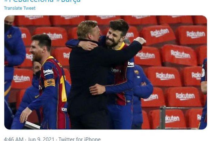 Gerard Pique (kanan) saat berpelukan dengan pelatihnya di Barcelona, Ronald Koeman.