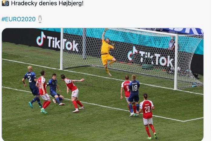 Kiper Finlandia, Lukas Hradecky, menepis tandukan Pierre-Emille Hojberg (Denmark) pada laga Euro 2020, Sabtu (12/6/2021), di Parken Stadium, Copenhagen.