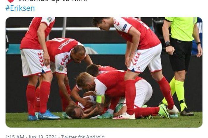 Momen kapten timnas Denmark, Simon Kjaer (tengah) berusaha membantu Christian Eriksen yang sedang terkapar.