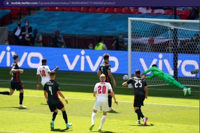 Tendangan pemain timnas Inggris, Phil Foden, membentur tiang gawang timnas Kroasia dalam laga pembuka grup D Euro 2020, Minggu (13/6/2021) dengan kick-off mulai pukul 02.00 WIB di Stadion Wembley