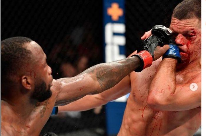 Leon Edwards (kiri) berhasil mendaratkan pukulan di wajah Nate Diaz (kanan) di UFC 263 pada Minggu (13/6/2021)