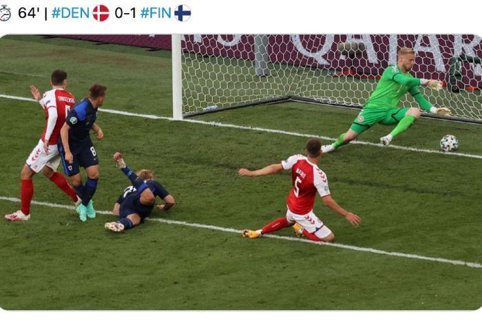 Tandukan pemain Finlandia, Joel Pohjanpalo, gagal dibendung kiper Denmark, Kasper Schmeichel, pada pertandingan Piala Eropa 2020 Grup B, Minggu (13/6/2021) dini hari WIB.