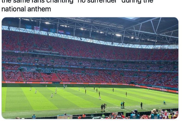 Pemain tim nasional Inggris berlutut sebagai tanda solidaritas melawan rasialisme jelang laga versus Kroasia pada pertandingan Grup D Euro 2020 di Stadion Wembley, London, Inggris, Minggu (13/6/2021)