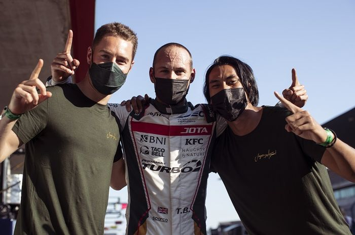 Trio pembalap JOTA , Stoffel Vandorne, Tom Blmqvist, dan Sean Gelael berpose setelah meraih pole position FIA World Endurance Championship di Portimao, Portugal.
