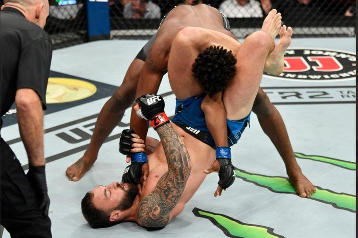 Paul Craig mencederai tangan Jamahal Hill di UFC 263, Minggu (13/6/2021) WIB di Arizona.
