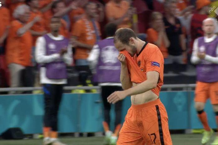 Momen Daley Blind meneteskan air mata ketika diganti dalam pertandingan Belanda vs Ukraina di laga perdana Grup C Euro 2020.