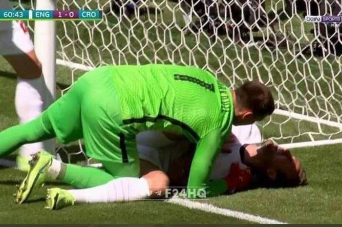 Kiper timnas Kroasia, Dominik Livakovic, mengecek kondisi bomber timnas Inggris, Harry Kane, yang membentur tiang gawang dalam laga Grup D Euro 2020, 13 Juni 2021.