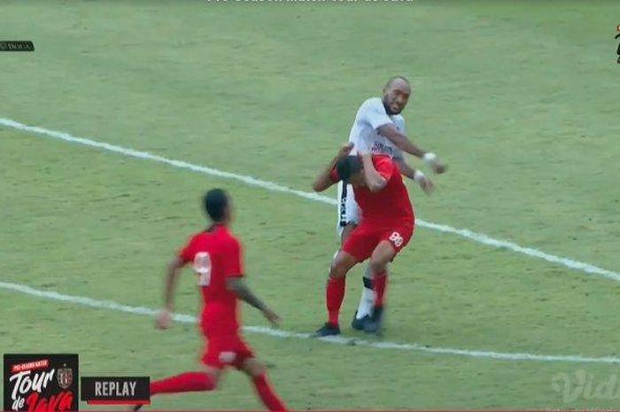 Leonard Tupamahu ketika memukul kepala Delvin Rumbino dalam laga uji coba Persis Solo vs Bali United.