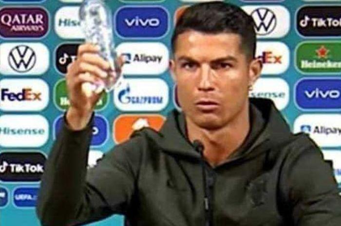 Cristiano Ronaldo geser botol Coca-Cola dan menyarankan lebih banyak minum air putih saat konferensi pers di Euro 2020.