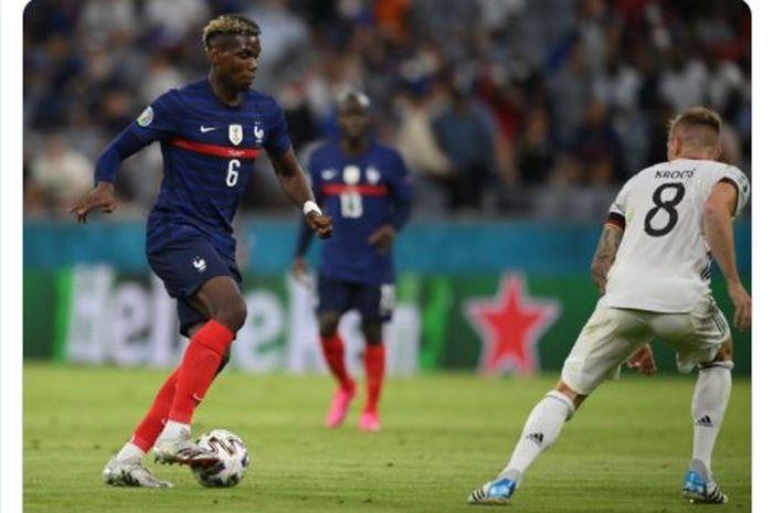 Aksi Paul Pogba (kiri) saat mencoba melewati Toni Kroos dalam matchday 1 Grup F EURO 2020 yang mempertemukan timnas Prancis dengan timnas Jerman.