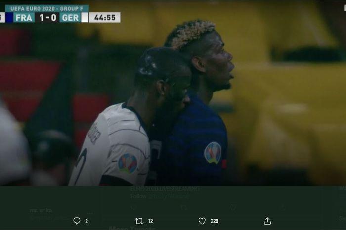 Bek Chelsea, Antonio Rudiger tertangkap kamera menggigit pundak belakang gelandang Manchester United, Paul Pogba saat laga Timnas Prancis vs Jerman dalam Grup F Piala Eropa 2020 (16/6/2021).