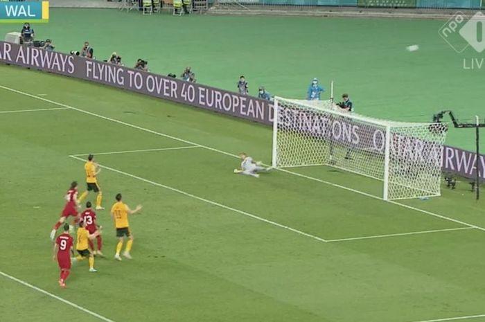 Penalti kapten timnas Wales, Gareth Bale, terbang sampai bola hilang, sedangkan pencetak gol termuda di EURO 2020 girang.