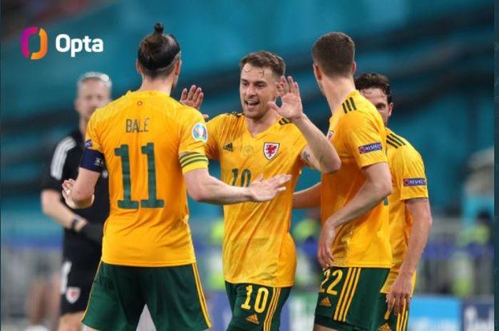Aaron Ramsey (10) merayakan gol bersama Gareth Bale saat timnas Wales menghadapi Turki di laga Grup A Euro 2020, 16 Juni 2021.