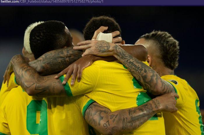 Para pemain timnas Brasil merayakan gol ke gawang timnas Peru dalam laga Grup A Copa America 2021 pada Jumat (18/6/2021) pukul 07.00 WIB.