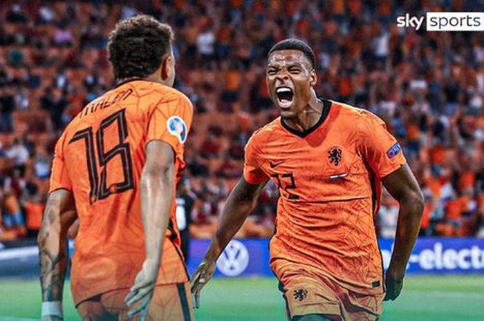 Bek kanan timnas Belanda, Denzel Dumfries, merayakan gol ke gawang timnas Austria dalam laga Grup C EURO 2020 di Stadion Johan Cruijff ArenA, Kamis (17/6/2021).