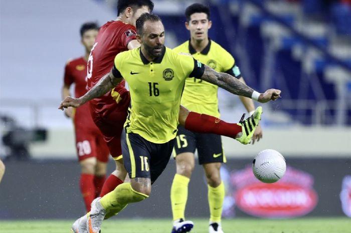Striker naturalisasi Timnas Malaysia Guilherme de Paula (depan) tampil buruk di Kualifikasi Piala Dunia 2022. Dia mencetak debut untuk Malaysia dalam usia 34 tahun.