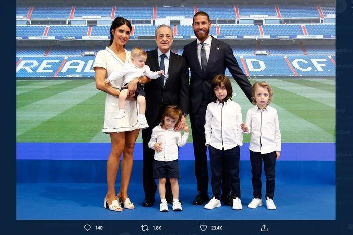 Sergio Ramos berfoto besama Presiden Real Madrid, Florentino Perez, dan istrinya, Pilar Rubio serta keempat anak mereka saat acara perpisahannya.