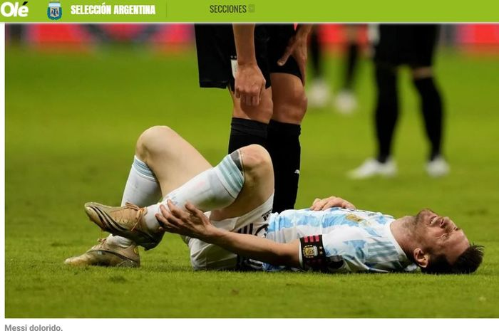 Kapten timnas Argentina, Lionel Messi, terbaring di lapangan akibat dilanggar pemain Uruguay dalam partai Copa America di Brasilia, 18 Juni 2021.