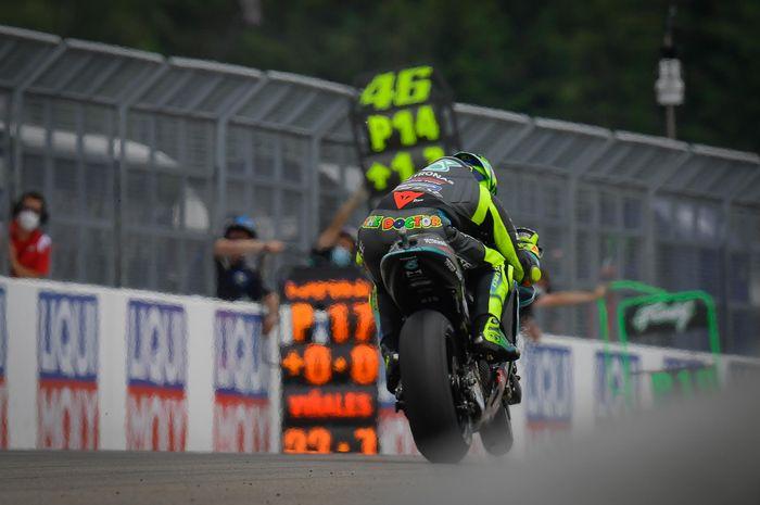 Pembalap gaek MotoGP, Valentino Rossi lakukan manuver di lintasan.