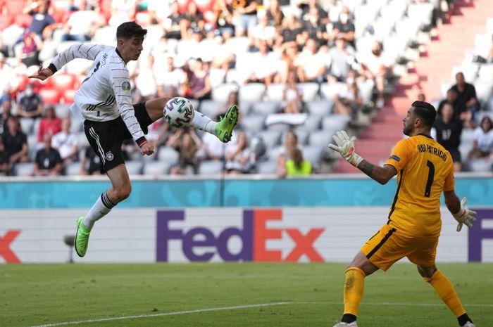 Momen pemain timnas Jerman, Kai Havertz, coba mengontrol bola di depan kiper Portugal, Rui Patricio.