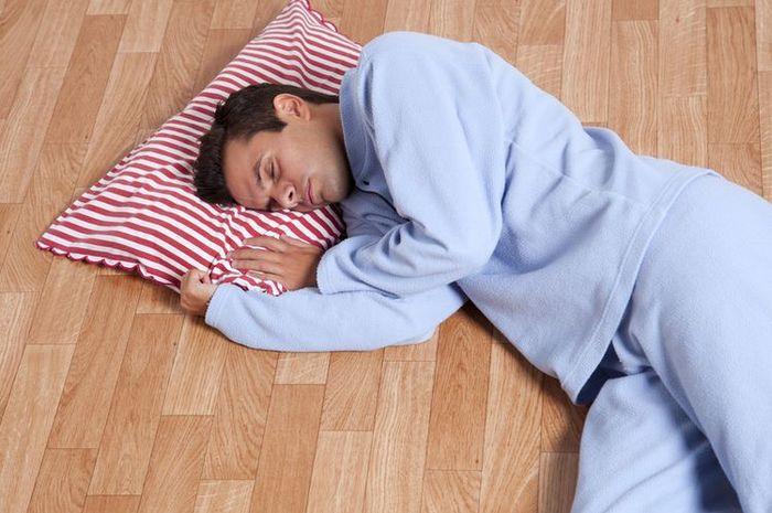 Benarkah Tidur di Lantai Dapat Redakan Sakit Punggung? Begini Penjelasannya!