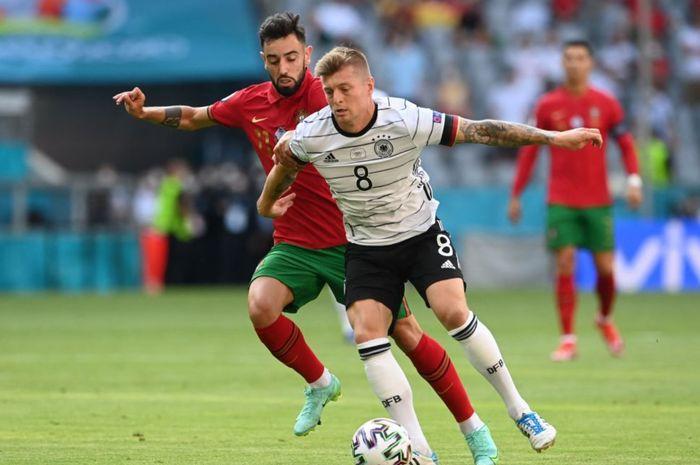 Momen duel antara Bruno Fernandes dan Toni Kroos pada matchday kedua Grup F Euro 2020.