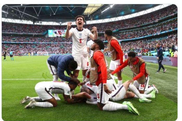 Harry Maguire (tengah, berdiri) saat ikut merayakan gol yang dicetak Harry Kane dalam kemenangan 2-0 timnas Inggris atas timnas Jerman pada babak 16 besar EURO 2020.