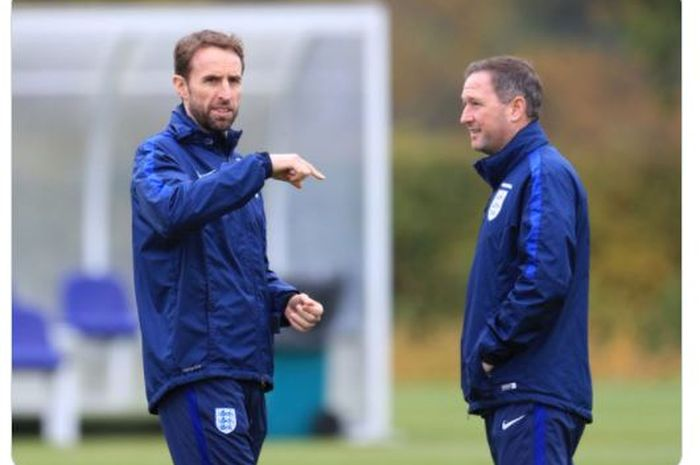 Pelatih timnas Inggris, Gareth Southgate (kiri) saat bersama asistennya, Steve Holland.