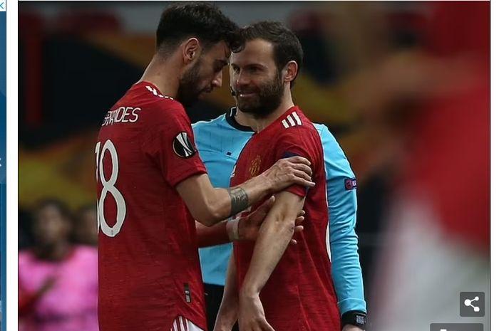 Dua gelandang serang Manchester United, Bruno Fernandes (kiri) dan Juan Mata (kanan).