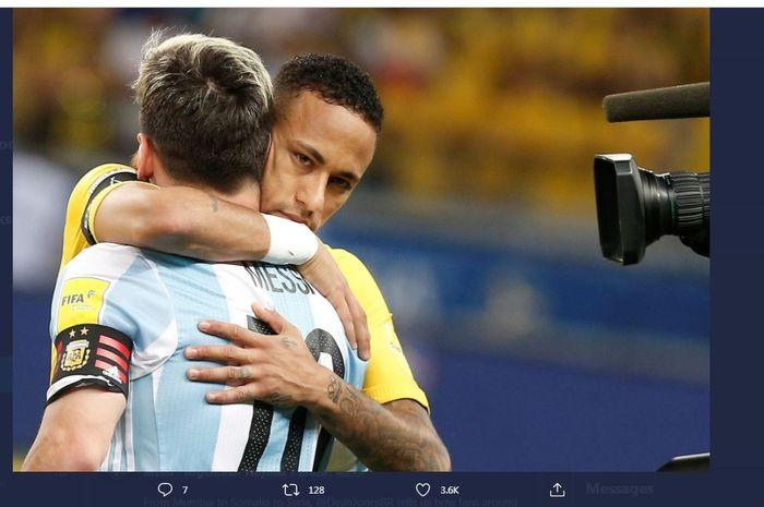 Kapten timnas Argentina, Lionel Messi, berpelukan dengan penyerang Brasil, Neymar Jr.