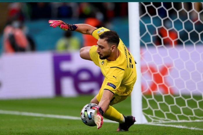 Momen Gianluigi Donnarumma menepis tendangan penalti pemain Spanyol pada laga semifinal Euro 2020.