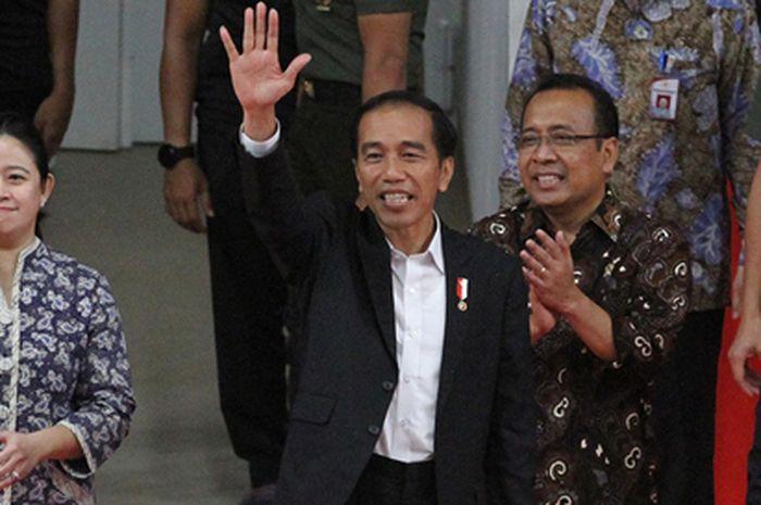 Presiden Republik Indonesia, Joko Widodo saat mengukuhkan dan melepas 28 atlet yang akan bermain di Olimpiade Toko 2020, Kamis (8/7/2021).