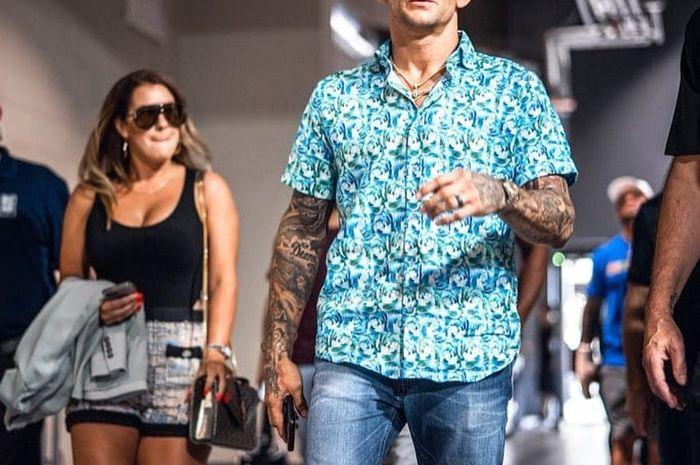 Petarung UFC kelas ringan, Dustin Poirier bersama istrinya, Julie Poirier setelah konferensi pers pra-duel UFC 264.