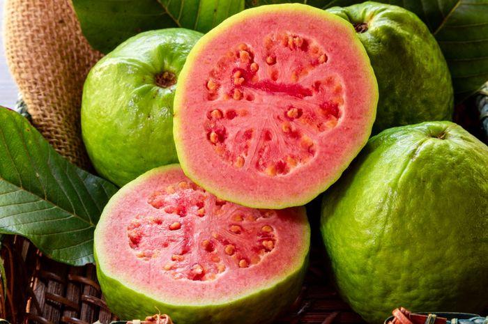 Jambu biji merupakan salah satu makanan dengan kandungan vitamin C tinggi.