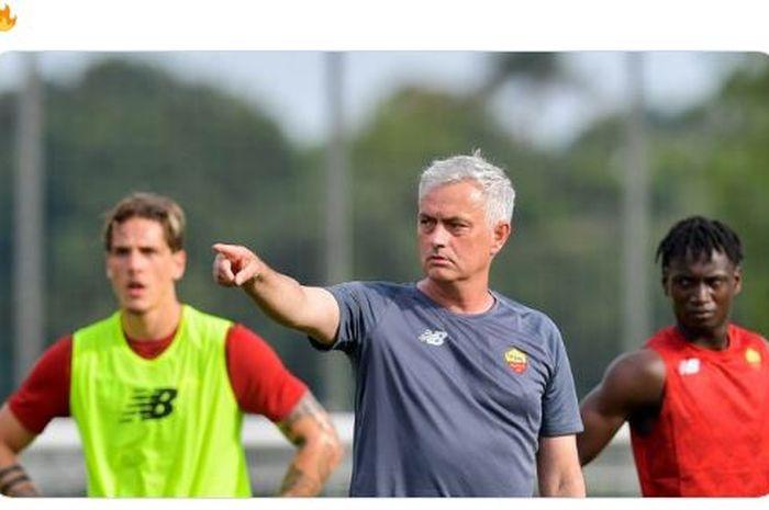 Jose Mourinho saat memimpin sesi latihan pertamanya di AS Roma, Kamis (8/7/2021) waktu setempat.