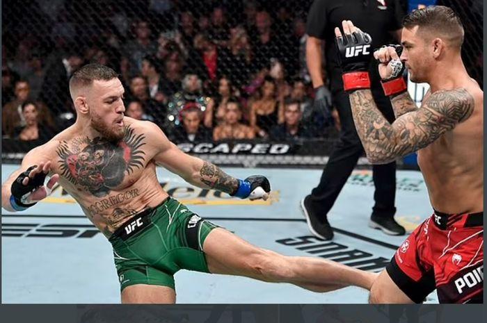 Aksi Conor McGregor (kiri) kala menghadapi Dustin Poirier pada UFC 264 (11/7/2021).