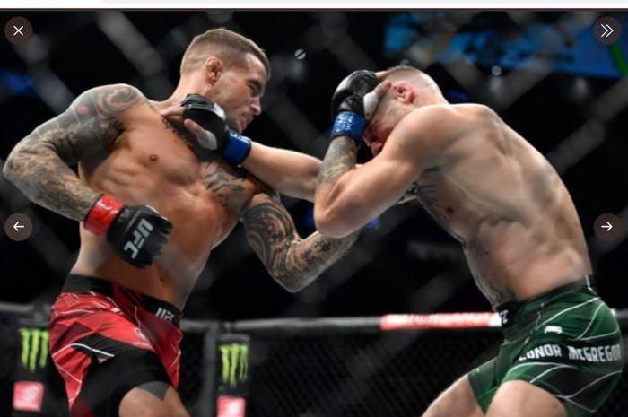 Ketika Dustin Poirier (kiri) dan Conor McGregor (kanan) saling baku hantam pada duel trilogi UFC 264 di T-Mobile Arena, Las Vegas, Nevada, AS, Minggu (11/7/2021).
