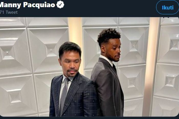 Manny Pacquiao (kiri) dan Errol Spence Jr (kanan) ketika melakukan sesi foto setelah konferensi pers pada Minggu (11/7/2021).