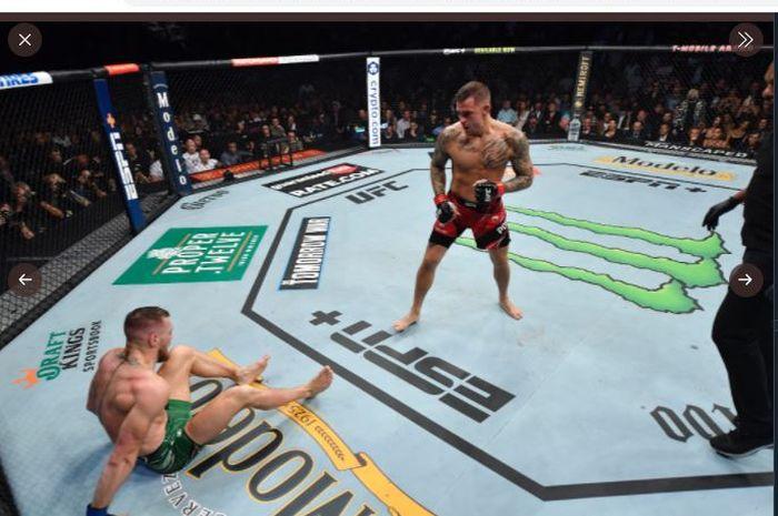 Dustin Poirier (kanan) saat melihat Conor McGregor (kiri) jatuh karena kesalahan melakukan tumpuan pada ajang UFC 264 di T-Mobile Arena, Las Vegas, Nevada, AS, Minggu (11/7/2021) waktu Indonesia.