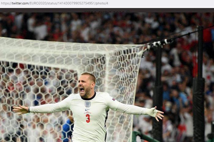 Bek timnas Inggris, Luke Shaw, merayakan gol ke gawang timnas Italia dalam laga final EURO 2020 di Stadion Wembley, Minggu (11/7/2021).