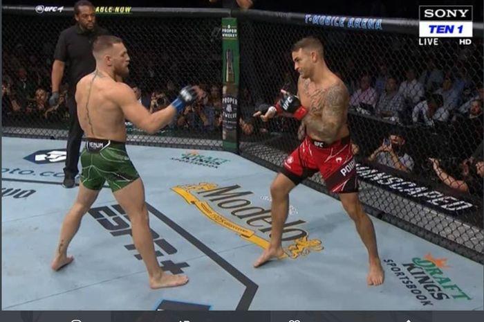 Momen saat Dustin Poirier menunjuk kaki Conor McGregor dalam laga UFC 264, Minggu (11/7/2021) WIB di Las Vegas.