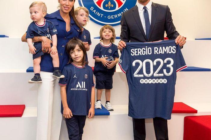 Sergio Ramos bersama istrinya, Pilar Rubio dan keempat anaknya saat tanda tangan kontrak pindah dari Real Madrid ke PSG.