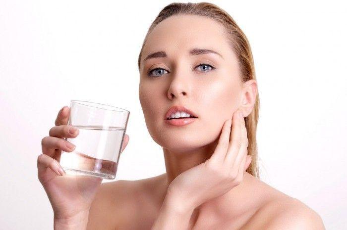 Minum air putih bisa membuat Anda lebih cantik dan percaya diri.