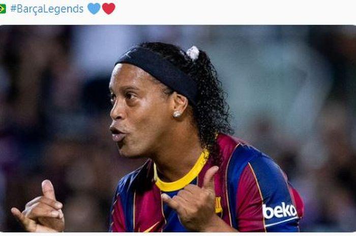 Ronaldinho melakukan selebrasi usai mencetak gol dalam laga persahabatan antara Barcelona Legends melawan Real Madrid Legends.